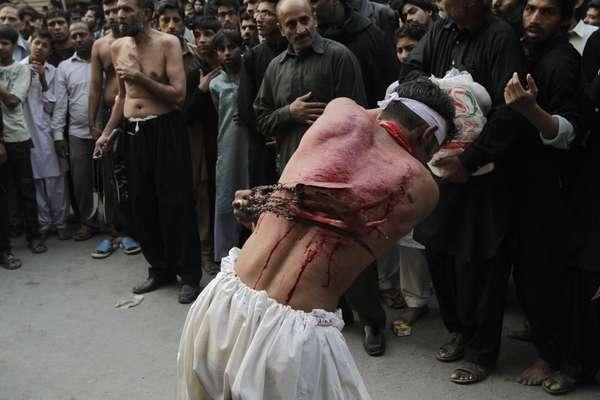 Un hombre musulmán chií paquistaní se flagela durante una procesión Muharram antes de la Ashura, con motivo de la muerte de Hussein, nieto del profeta Mahoma.