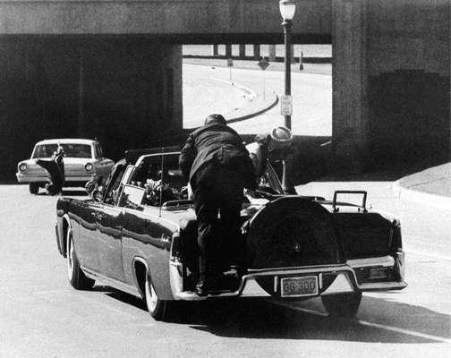 Clint Hill jamás se perdonará el hecho de que no pudo proteger y salvar al presidente John Kennedy aquel nefasto 22 de noviembre de 1963, hace 49 años, en Dallas. El guardaespaldas (en la foto, subiéndose a la limousina que llevaba al presidentes, segundos después de los disparos), habla de su vida y de aquel momento, en su biografía 'Mrs Kennedy and me: An intimate memoir' (La señora Kennedy y yo: las memorias íntimas).