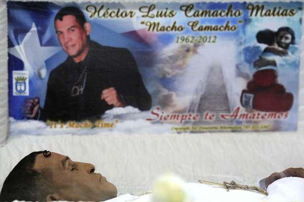 """Familiares, amigos y fanáticos del boxeador Héctor """"Macho"""" Camacho acudieron a rendirle tributo en un velatorio público en Puerto Rico. (Con información de Agencias) (Esta galería contiene imágenes altamente gráficas, que podrían ofender a algunos lectores. Se recomienda discreción)"""