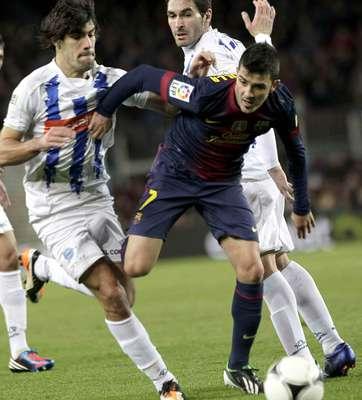 El delantero del FC Barcelona, David Villa, lucha el balón con Manu García, del Alavés