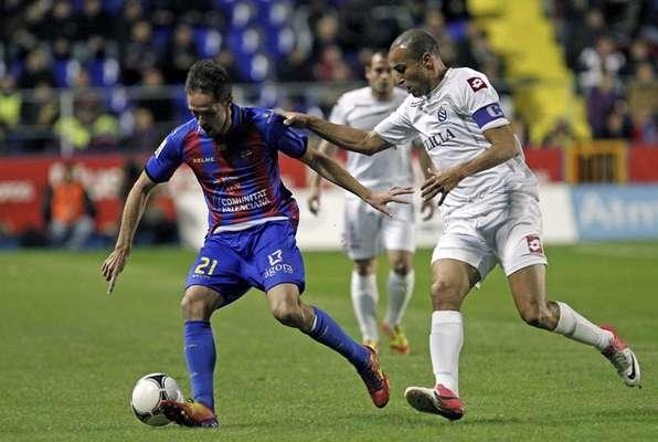 """El centrocampista del Levante, Miguel Herrero """"Michel"""", disputa un balón con el delantero del Melilla Chota, durante el partido de vuelta de los dieciseisavos de final de la Copa del Rey, disputado esta noche en el estadio Ciutat de Valencia."""