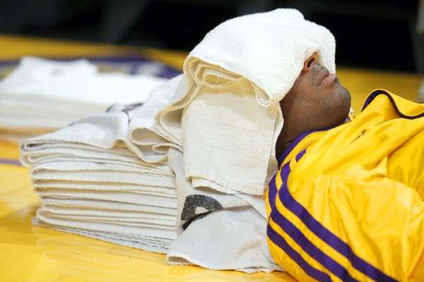 Pacers vs. Lakers:Kobe Bryant descansa un poco durante un tiempo fuera en su juego ante Indiana.