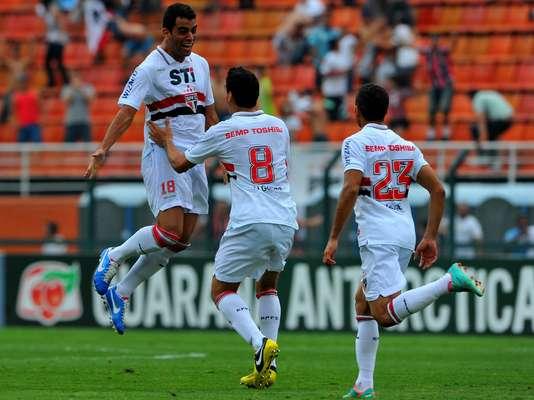Maicon salta de felicidade depois de marcar com estilo, de canhota. São Paulo teve grande atuação e bateu Corinthians no Pacaembu