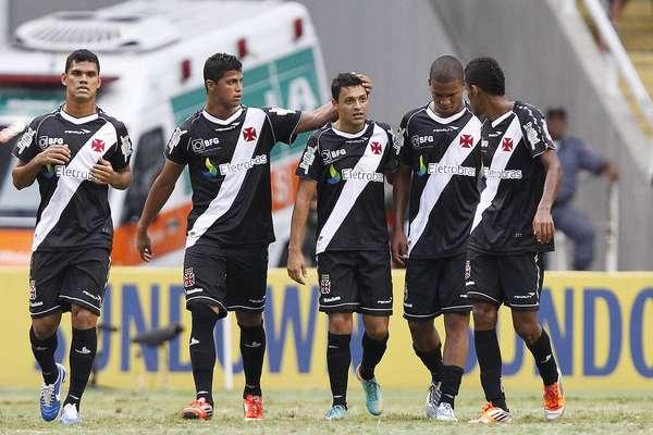 O Vasco comemora um dos dois gols marcados por Éder Luís, herói na vitória sobre o Fluminense, neste domingo, no Engenhão