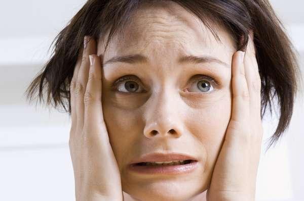 Perigo: quando você está estressado, o corpo tem uma resposta para protegê-lo. Se você está em perigo, o hipotálamo do cérebro envia gatilhos químicos para os nervos e as glândulas suprarrenais, que ficam em cima de cada rim. Essas glândulas liberam hormônios como o cortisol, que aumentam a pressão arterial e o açúcar no sangue. O processo, claro, pode prejudicar a saúde se acontecer com frequência
