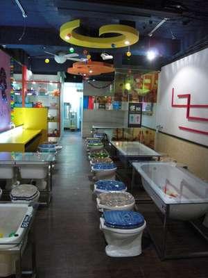 Imagine ir a um restaurante em que as cadeiras são substituídas por vasos sanitários e os pratos principais vêm em formato de fezes? Essa é a ideia do Modern Toilet, que estreou em 2004 e atraiu tantos clientes, que abriu outras 12 filiais em Hong Kong, Taiwan, China e Japão