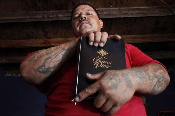 La historia de Pedro Martín Núñez es sorprendente. Pasó de ser un narco a convertirse en un siervo de Dios. Ahora ofrece trata de convencer a los fieles que acuden al templo que pastorea en Ciudad Juárez de que sigan el buen camino.
