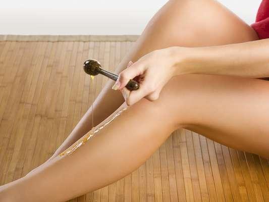 Sucesso entre as mulheres, método de depilação é capaz de arrancar os fios pela raiz, mas também de agredir pra valer a superfície da cútis