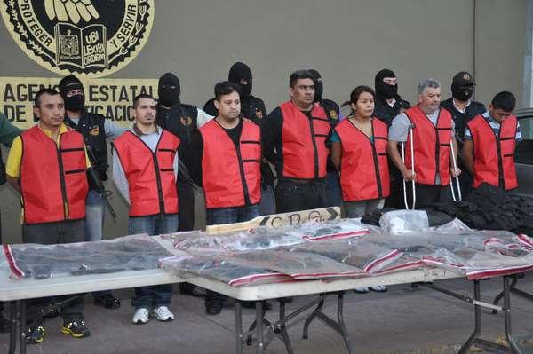La Procuraduría de Justicia de Nuevo León dio a conocer la detención de ocho integrantes de la organización del Cártel del Golfo (CDG), dedicados a la venta de droga al menudeo, la ejecución de rivales de Los Zetas y el reclutamiento de mujeres para servir como narcodistribuidoras para el grupo criminal.