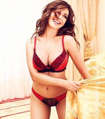 Pode ser difícil saber o que comprar para uma mulher que pede uma lingerie de presente de Natal. Mas Kelly Brook está fazendo o possível para facilitar essa tarefa, depois de estrelar a nova campanha da grife New Look com modelitos sexy em vermelho, preto e muita renda