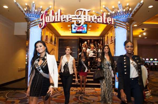 Todo un recibimiento real tuvieron las 89 candidatas a la corona, acompañadas por la actual Miss Universo, Leila Lopes, a su llegada al teatro Jubilee en Bally's Hotel de Las Vegas.