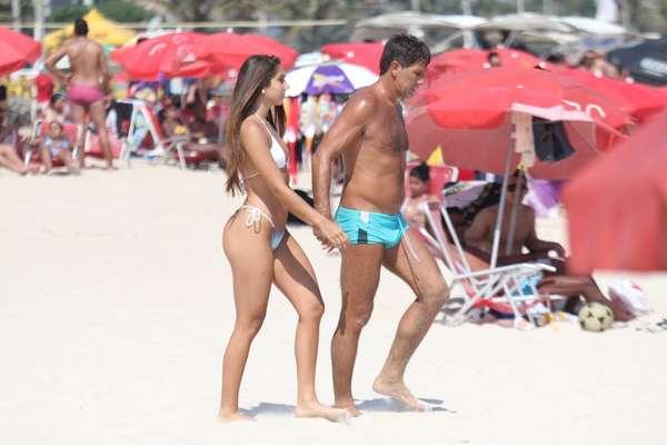 Renato Gaúcho esteve na praia de Ipanema, no Rio de Janeiro, na tarde deste sábado (8), acompanhado da filha, Carolina Portaluppi; pai e filha passearam pela areia e se refrescaram no mar