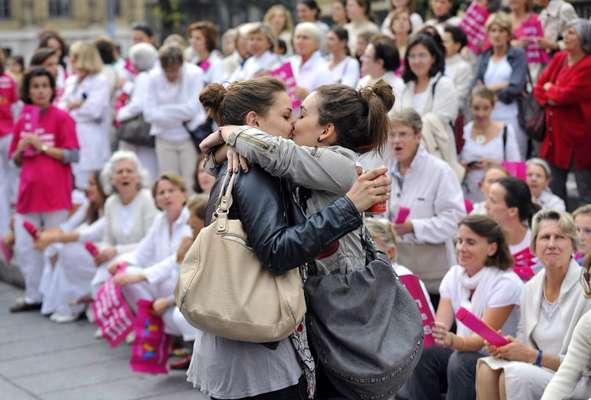 Este 2012 la agencia de noticias AFP captó sorprendentes imágenes que le dieron la vuelta al mundo. Esta fotografía en la que dos mujeres se besan frente a manifestantes contra el matrimonio gay en Marsella, Francia,fue solo una de las imágenes que hizo noticia. Mira que más captó el lente fotográfico de AFP.