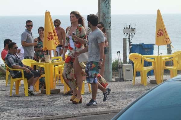 Cristiana Oliveira e Duda Nagle gravaram cenas de 'Salve Jorge', da TV Globo, nesta quinta-feira (13), em praia da zona oeste do Rio de Janeiro