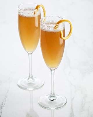 Entrega Aérea de CAPTAIN MORGAN BLACK : .75 oz de Captain Morgan Black, .5 oz Jugo de Limón fresco, 1 oz de miel de azahar o agavePreparación: Mezcla todos los ingredientes en una coctelera con hielo. Cuela y sirve en una copa champanera. Agrega un toque de champagne o vino espumoso. Decora con naranja.