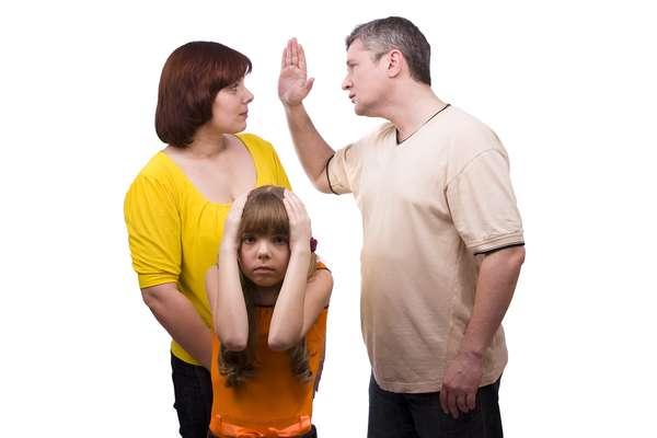 """1. Não colocar as crianças em primeiro lugar: muitos casais dizem que estão colocando os filhos em primeiro lugar, mas, a verdade é que estão usando-as para conseguirem o que querem. Em alguns casos, os pais até falam mal """"do outro lado"""" para as crianças ou as usam para mandar recados ao ex-parceiro"""
