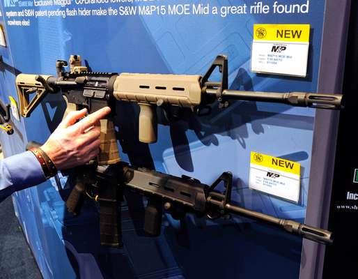 Estados Unidos es una nación fascinada con las armas. En 1791 se le agregó la Segunda Enmienda a la Constitución que estableció el derecho a portar armas, ratificado por la Corte Suprema de Justicia en 2008. Se estima que el 47% de hogares en el país posee al menos un arma. Existen unos250 millones de armas en Estados Unidos, casi una por habitante. El tema del control de armas reaparece cada vez que ocurre una masacre, como la del viernes en Newtown, Connecticut.
