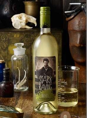 STARK RAVING WHITE: Con claridad singular y gusto no-convencional, este vino blanco abre con aromas vibrantes de durazno fresco y peras recién cortadas y que termina con notas de uva moscatel. De principio a fin, el paladar es amplio e invitante, con balance de exquisita fruta y acidez brillante.