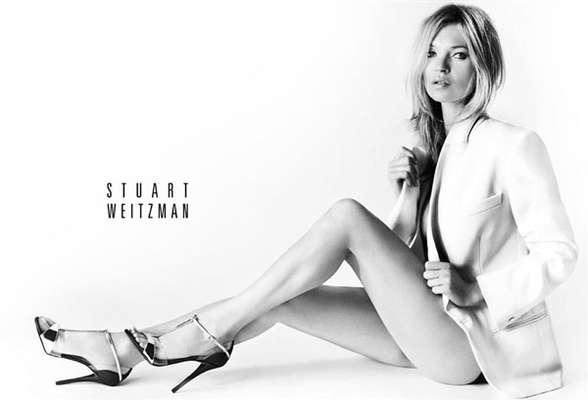 Kate Moss exibiu as pernas ao estrelar a campanha de calçados de Stuart Weitzman