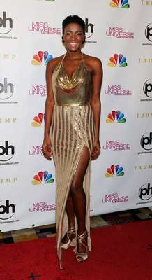 The reigning Miss Universe, Leila Lopes, walked down the red carpet in a sexy golden dress.