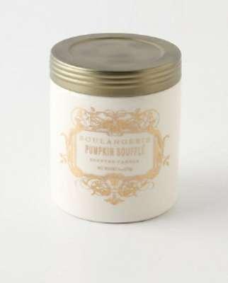 Un vela que huele delicioso empacada en un envase de vidrio que puede rehusarse para decorar y guardar alhajas, monedas y pequeñas cosas. 15 dólares en Anthropologie.