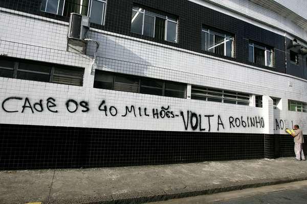 Paredes da Vila Belmiro amanheceram pichadas nesta sexta-feira com protestos contra a administração do presidente do Santos, Luis Alvaro de Oliveira Ribeiro. Torcedores cobram em uma referência ao fundo de investimento de R$ 40 milhões prometido pelo dirigente na campanha pela reeleição, confirmada em novembro de 2011