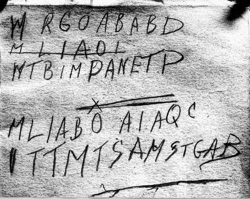 Taman Shud: En diciembre de 1948 en la ciudad de Adelaida, Australia, el macabro hallazgo de un cadáver en perfecto estado de conservación inició un misterio que hasta el día de hoy sigue fascinando a los expertos. Tras ser misteriosamente asesinado se presume que por algún veneno indetectable, el cadáver fue bautizado simplemente como El hombre de Somerton.