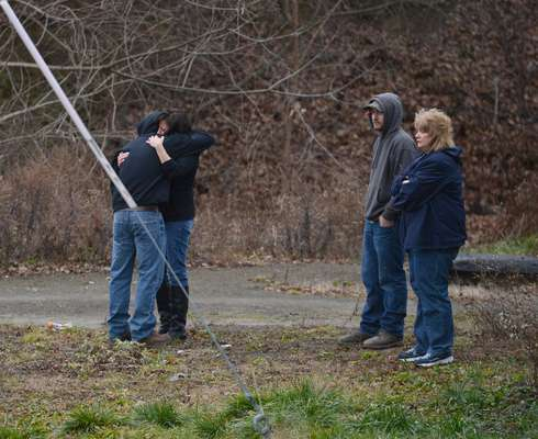 Un hombre mató a disparos el viernes a una mujer que colocaba arreglos para una fiesta infantil navideña en el salón de una iglesia y asesinó a dos hombres en otros lugares en un poblado rural del centro de Pensilvania, antes de morir en un enfrentamiento con policías estatales.
