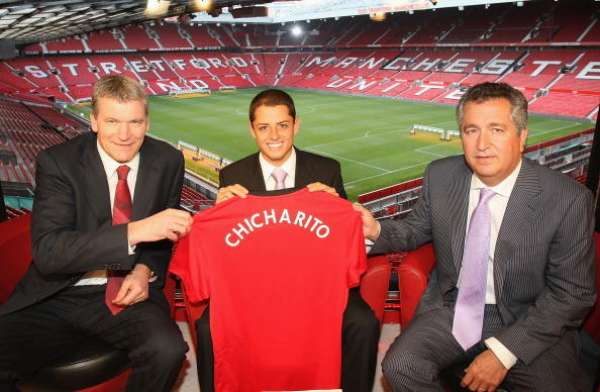 Chicharito fue anunciado como nuevo jugador del Manchester United el 8 de abril de 2010.