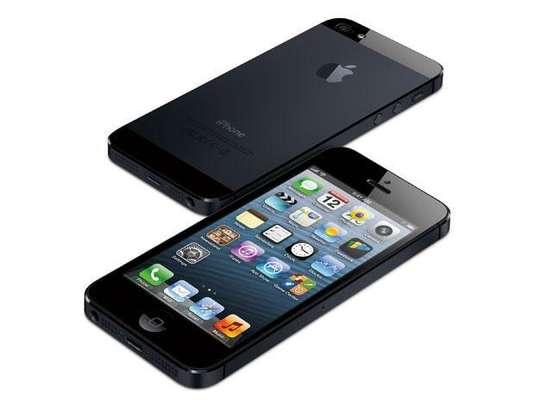 Apple iPhone 5: El nuevo modelo pesa un 20 por ciento menos que el anterior, es un 18 por ciento más delgado y cuenta con pantalla de 4 pulgadas. La saturación de los colores también mejoró, siendo un 44 por ciento superior a la del iPhone 4S.