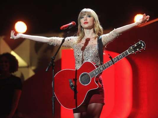 Taylor Swift encabeza la lista de famosos que en 2012 más compartieron su riqueza. De acuerdo con DoSomething.org la estrella de la música donó 4 millones de dólares en beneficio del museo Country Hall of Fame, además de recibir el premio Ripple of Hope por parte del centro Robert F. Kennedy.