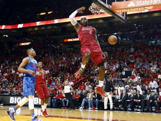 LeBron James terminó con 29 puntos, nueve asistencias y ocho rebotes, Dwyane Wade anotó 21 puntos y el Heat de Miami sobrevivió a un final frenético al vencer a Oklahoma City Thunder 103-97.