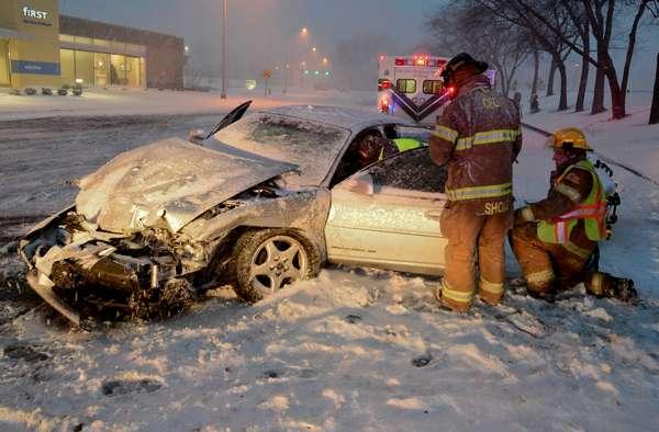 Equipes trabalham para resgatar motorista após acidente causado pela neve em Columbus, nos Estados Unidos