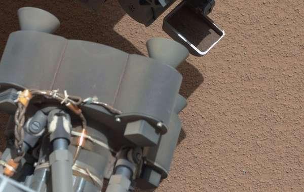 Desde que cautivó al mundo con su acrobático aterrizaje, el explorador marciano Curiosity ya se ha creado una rutina. Avanza, toma fotografías, elude peñascos, levanta tierra y repite cada una de esas operaciones.