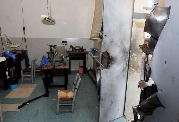 Porta de fábrica de joias ficou destruída após o uso de explosivos pelos crimonosos