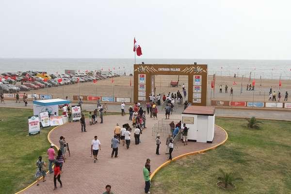 El otro lado del Rally. El 'Village Dakar' abrió sus puertas al público y todo va quedando listo para la partida del 5 de enero en Chorrillos. Bellezas, fiesta, comidas, souvenirsy autos, son los principales atractivos del campamento instalado en Magdalena. La entrada general es de S/.10.