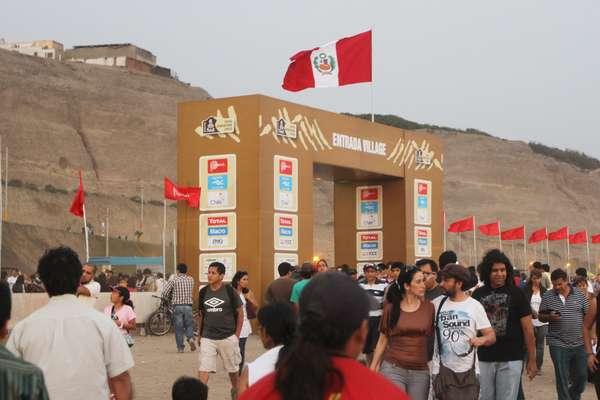 El público peruano dijo presente en el último día de visita al Village Dakar. Con diez soles, los fanáticos de este rally ingresaron a la feria donde puedieron observar los autos y a los pilotos en las últimas revisiones técnicas. Además, los espectadores reciben souvenirs, guías y recuerdos de este rally Dakar 2013 que se inicia en Lima. La visita fue hasta las diez de la noche, pero las entradas se agotaron a las siete.