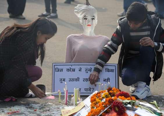 El caso de la violación colectiva y la muerte a causa de sus heridas de una estudiante en Nueva Delhi fue examinado nuevamente este sábado por la justicia para lanzar el proceso de los cinco acusados y el novio de la víctima, que fue testigo de la agresión, manifestó por primera vez su impotencia ante la crueldad de los agresores. Mientras, el domingo el padre identificó a la joven como Jyoti Singh Pandey para darle fuerza a otras mujeres abusadas.