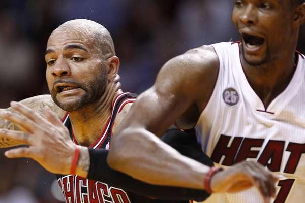 El alero Carlos Boozer brilló este viernes en la NBA con 27 puntos y 12 rebotes que consolidaron la victoria 96-89 de los Chicago Bulls sobre los campeones vigentes Miami Heat.