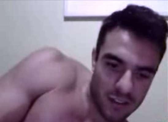 O ex-BBB Daniel Saullo, que namora com a também ex-BBB Mariana Felício, aparece de aliança em um vídeo íntimo no qual faz caras e bocas para uma câmera, enquanto está deitado em uma cama