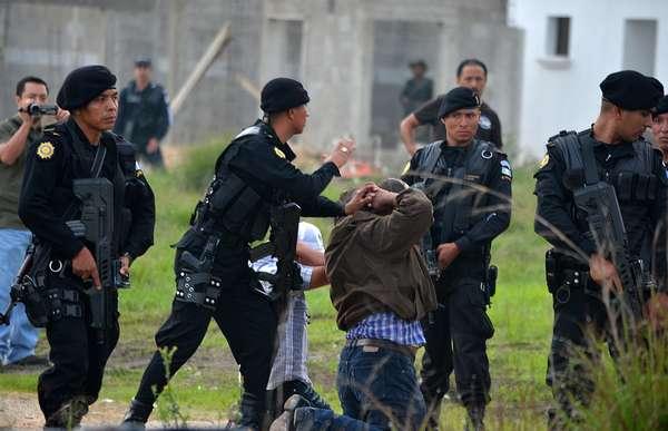 Poderosos cárteles de la droga mexicanos libran en Guatemala una guerra por el control de rutas y están penetrando instituciones del Estado, reconoció el presidente Otto Pérez, al destacar de su primer año de gobierno la búsqueda de nuevas estrategias contra el narcotráfico.