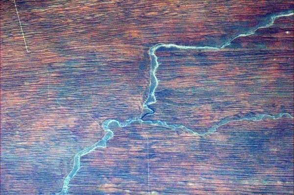El astronauta canadiense Chris Hadfield actualmente vive en el espacio a bordo de la estación espacial ISS como ingeniero de vuelo en la Expedición 34. Mira algunas de las espectaculares fotos que ha publicado en su cuenta de Twitter. La mayoría de las descripciones son dadas por él mismo. En esta imagen comenta que carreteras, un río, roca y arena roja crean una figura extraña en África.