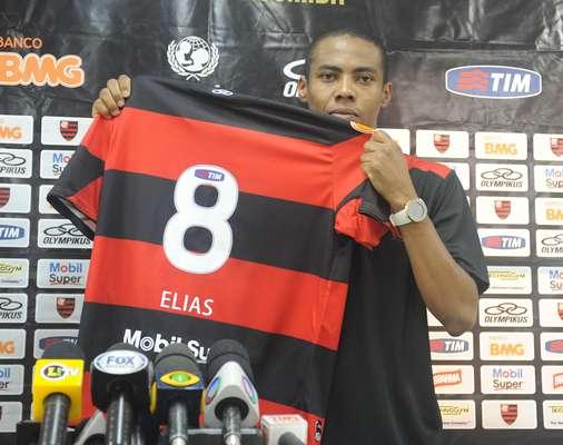 O ex-corintiano Elias foi apresentado oficialmente neste sábado como jogador do Flamengo, onde usará a camisa 8 rubro-negra