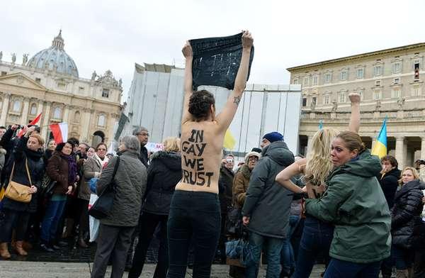 Cuatro mujeres se han desnudado de cintura para arriba este domingo en la Plaza de San Pedro, en protesta por la oposición del Vaticano al matrimonio entre homosexuales.