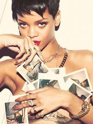 """Rihanna decidió hacerle honor a los siete álbumes de estudio que ha lanzado hasta la fecha, apareciendo sugerente y con poquita ropa en siete portadas para la revista """"Complex"""", a las cuales tituló como sus discos. La cantante de Barbados, compartió por su cuenta de Twitter algunas fotos que formaron parte de la caliente sesión fotográfica, con lo que puso a sudar a muchos de sus seguidores por el mundo. Mira la colección completa a continuación y escoge tu favorita."""