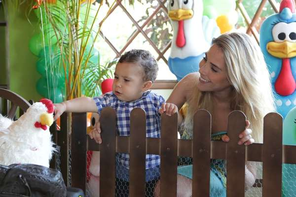"""José Marcus, filho da cantora Wanessa Camargo com o empresário Marcus Buaiz, comemorou seu primeiro aniversário e ganhou festa na Fazenda """"É o Amor"""", em Goiânia. Com o tema """"Fazendinha do José Marcus"""" e com imagens de animais e da """"Galinha Pintadinha"""", a comemoração foi prestigiada pelos pais, amigos e familiares do menino"""