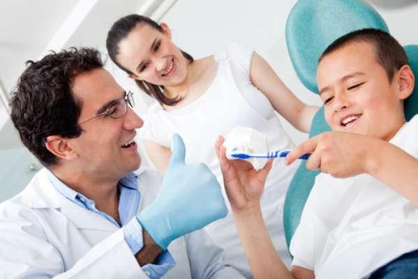 O odontopediatra vai orientar a mãe qual tipo de escova é indicado para cada idade e também o melhor posicionamento da criança para a execução da higienização dos dentes, diz a profissional. Segundo ela, o lema é primeiro dente é igual à primeira visita ao odontopediatra.