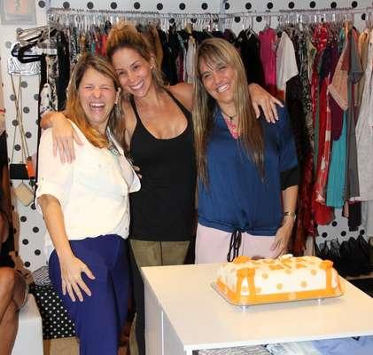 Nesta quinta-feira (17), Danielle Winits celebrou o aniversário de um mês da sua loja, o Brechó La Luna Mia, localizado no shopping Millenium, na Barra da Tijuca, Rio de Janeiro