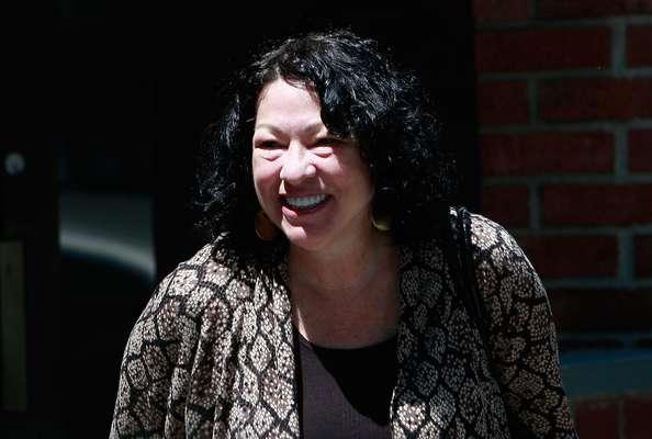La jueza hispana de la Corte Suprema estadounidense, Sonia Sotomayor, bajó este sábado del estrado para presentar su recién publicada autobiografía, una historia de superación personal que narró con un magnetismo inesperado ante un auditorio lleno a rebosar.
