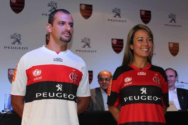 Após anunciar o acerto com a Peugeot na última semana, o Flamengo apresentou oficialmente a parceria com a montadora francesa na manhã desta segunda-feira, na sede da Gávea. Apesar do realização do envento, o contrato ainda depende da aprovação do Conselho Deliberativo